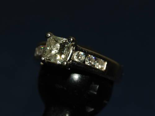18kt. Ladies engagement ring - 1.01 kt. center diamond
