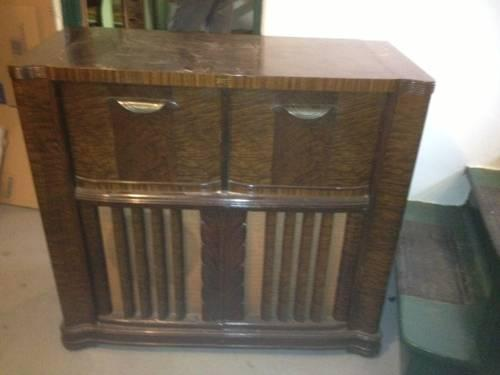 Art Deco Console Phonograph/Radio