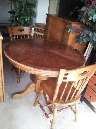 OAK DINETTE TABLE W/2 CHAIRS
