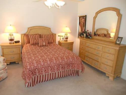 queen bedroom set light wood color in perfect condition for sale in